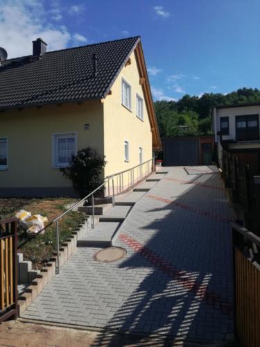 Hofeinfahrt Thüringer Rechteck, Farbe grau rot