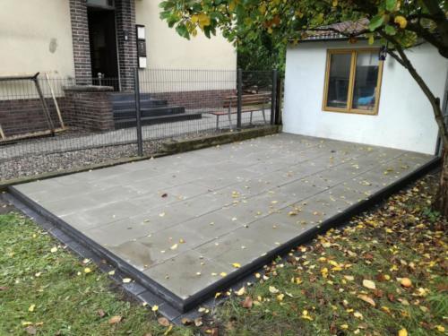 Terrasse in 50x50 Terrassenplatten grau in anthraziter Einfassung