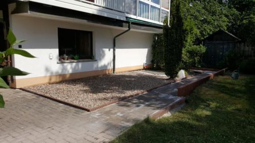 Terrasse und Weg Thüringer Rechteck grau in roter Einfassung