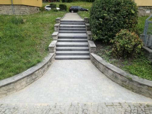 Treppenaufgang mit anthraziten Stufen und Thüringer Rechteck 2